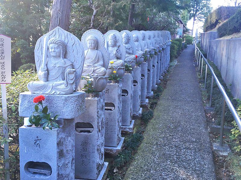 メモリアルパーク吉祥天 仏像が並ぶ坂道