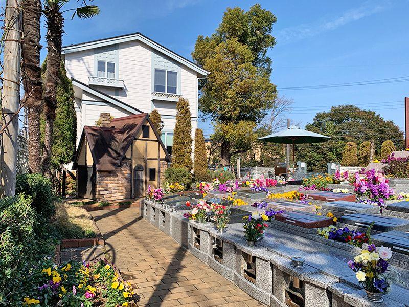 小平メモリアルガーデン ガーデニング型樹木葬「フラワージュ」 花が添えられた墓石