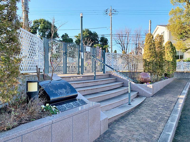 小平メモリアルガーデン ガーデニング型樹木葬「フラワージュ」 霊園入口