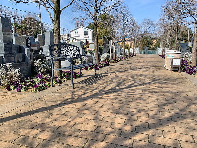 小平メモリアルガーデン ガーデニング型樹木葬「フラワージュ」 参道に配置されたベンチ