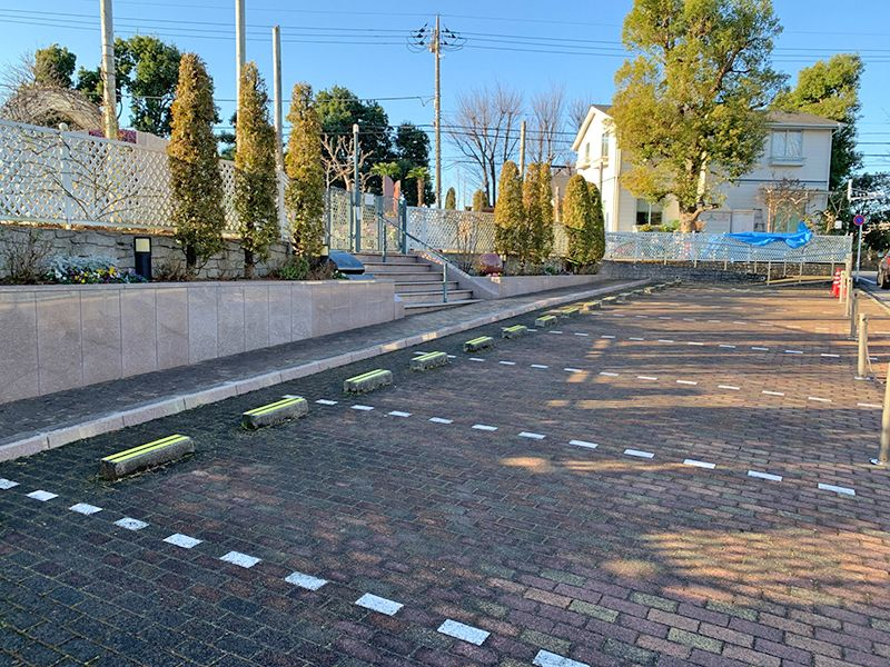 小平メモリアルガーデン ガーデニング型樹木葬「フラワージュ」 駐車場は霊園入り口に併設