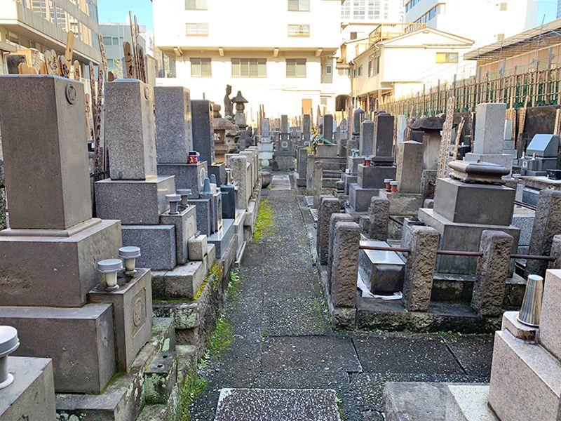 光宝寺 平坦な石畳の参道