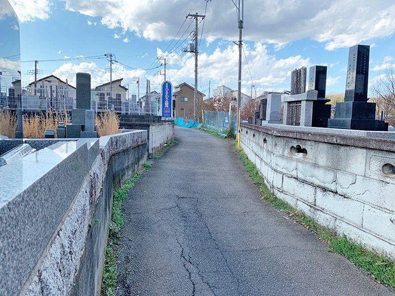 ひまわり墓苑 道路を挟んだ区画