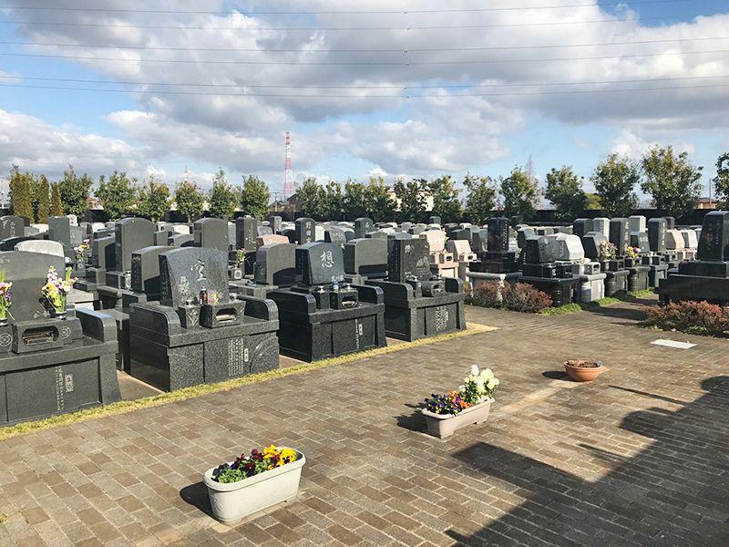 うらわ美園霊苑「永遠の絆」永代供養墓 様々な墓石が並ぶ