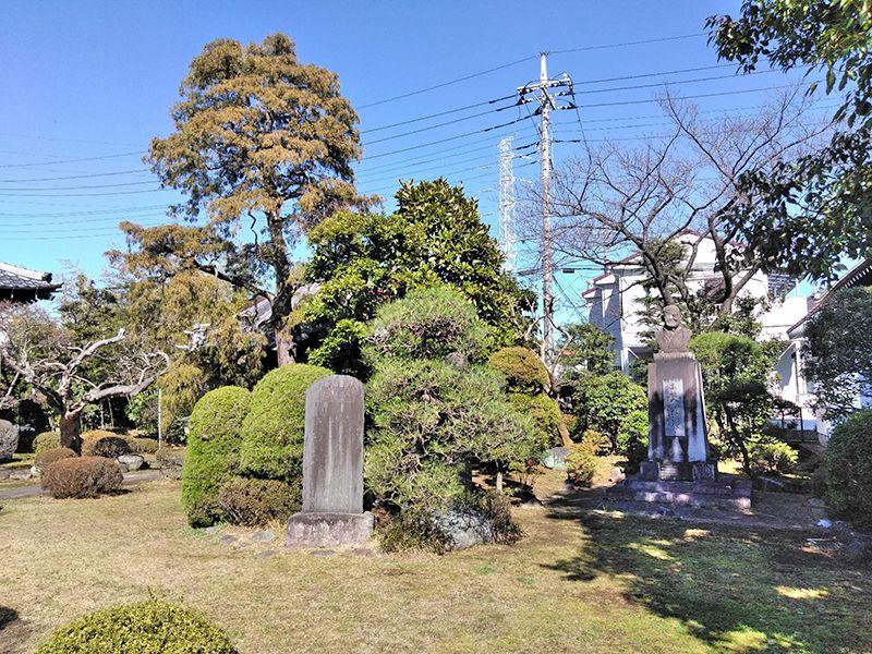 川口新郷樹木葬墓地 庭園に点在する石像や供養碑