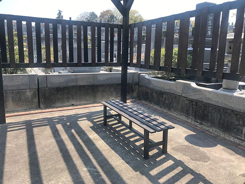 森林公園昭和浄苑「&安堵」 休憩スペースにあるベンチ