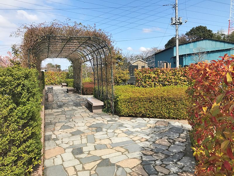 白岡霊園 バリアフリー設計の参道