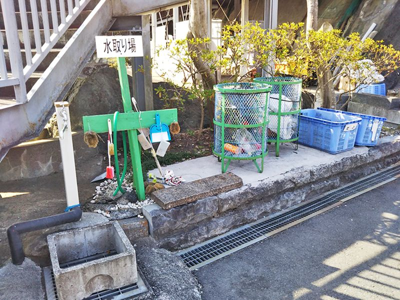 西武セミトリーパーク霊園 掃除用具を揃えた水取り場