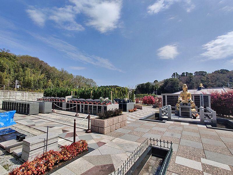 横浜三保浄苑 金色に輝く「一切萬霊永代供養観音仏」