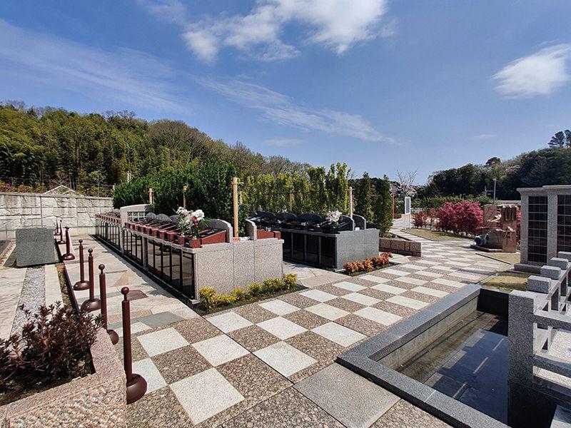 横浜三保浄苑 美しい花が咲く「樹木葬こもれび墓苑」