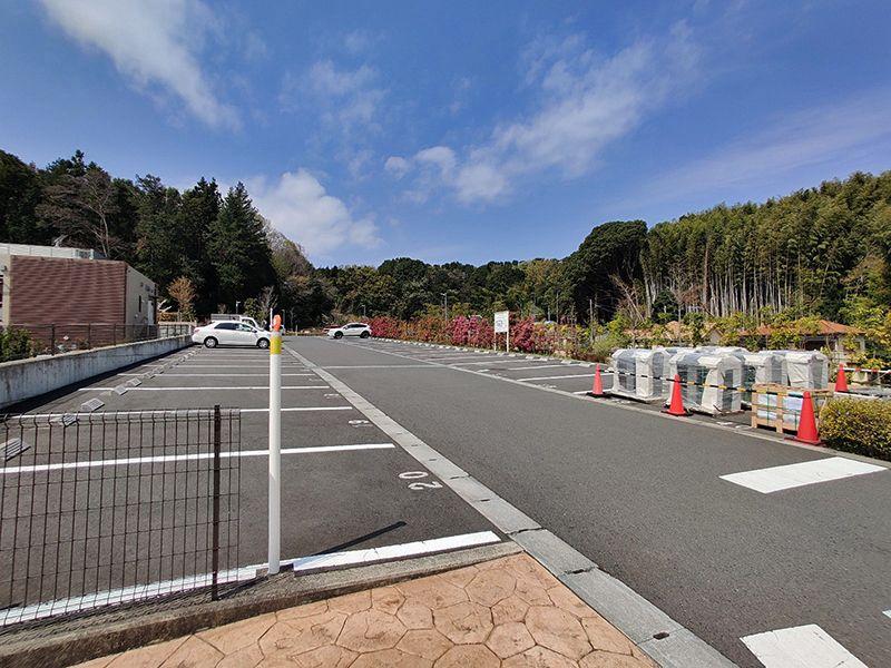 横浜三保浄苑 広々とした駐車場