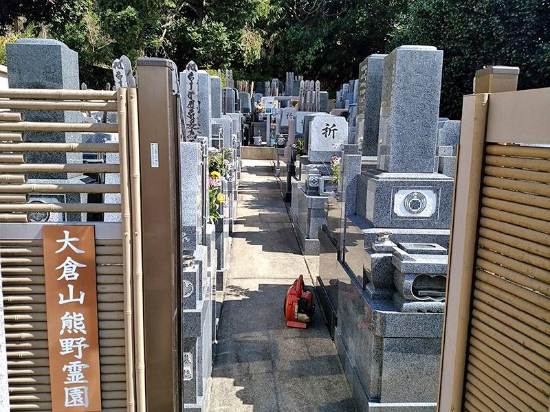 大倉山熊野霊園 和・洋型の墓石が混在する霊園