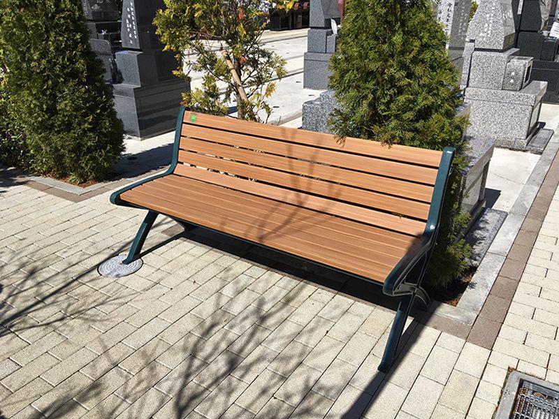 メモリアルガーデン藤沢 霊園内のベンチ