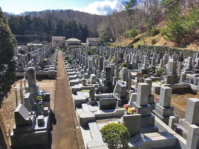 城山湖霊園 きれいに区画された墓域