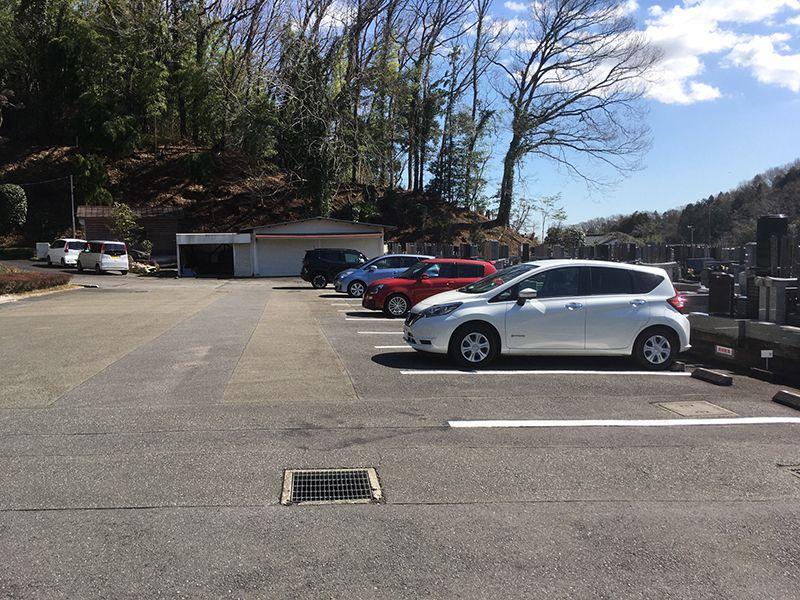城山湖霊園 墓地からすぐの駐車場