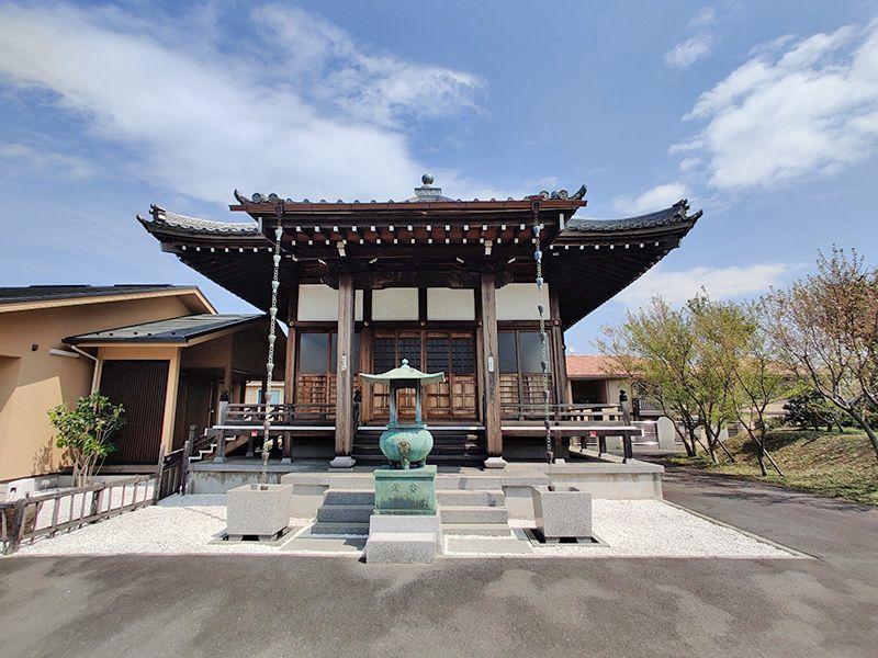 大林寺別院霊園 周りに大きな建物がなく日当たりの良い本堂