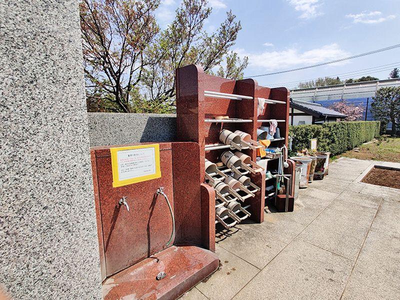大林寺別院霊園 日当たりの良い敷地内の水汲み場