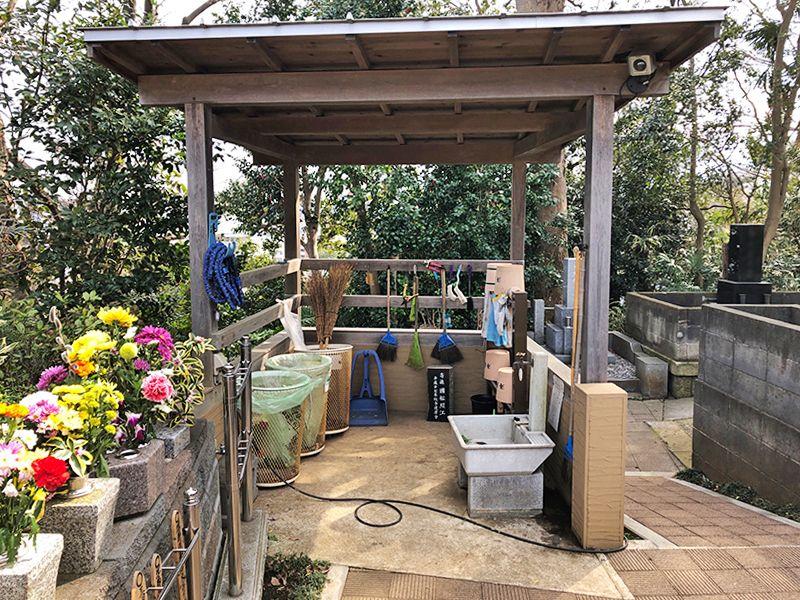 戸塚花観音墓苑 屋根付きの水汲み場