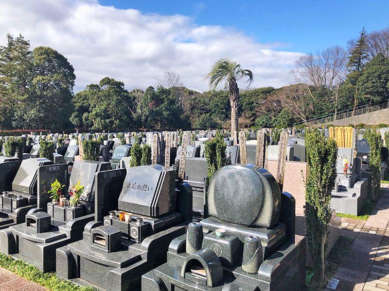 横浜二俣川霊園 様々な墓石が並ぶ墓域