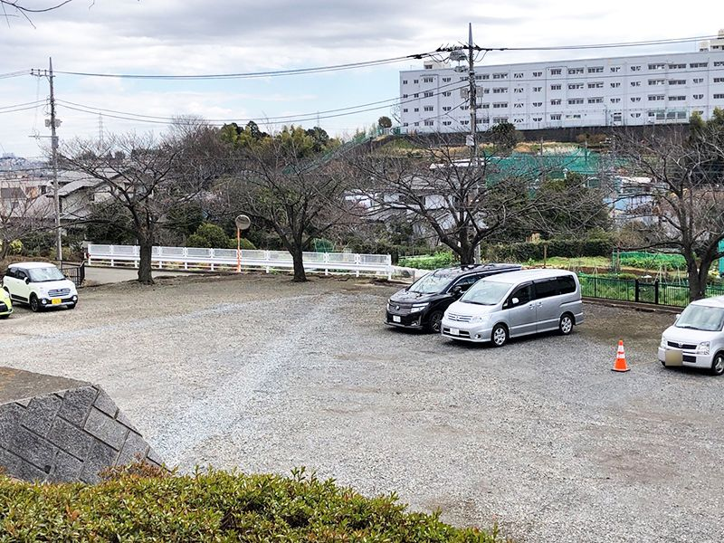 都筑中央霊園 砂利の敷き詰められた駐車場