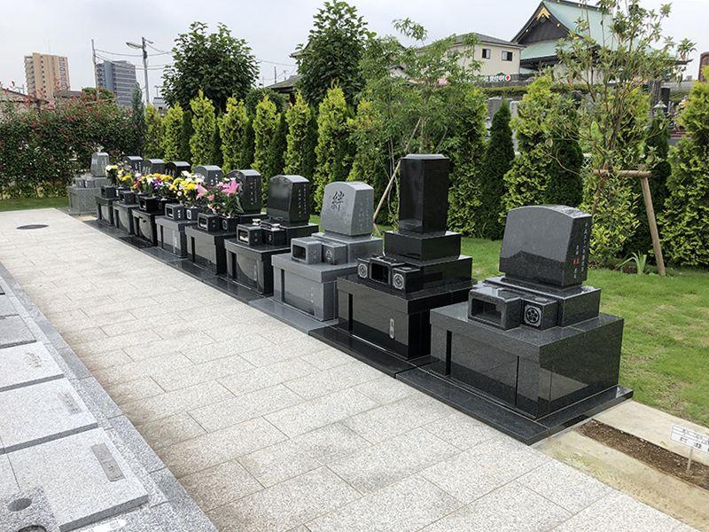 サンク川口霊園 花が添えられた墓石