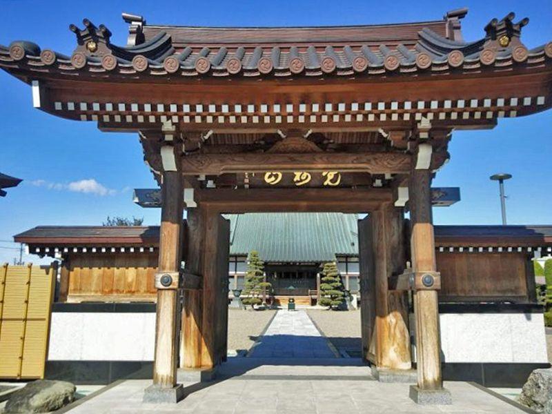 慶福寺 のうこつぼ 明るい雰囲気の山門