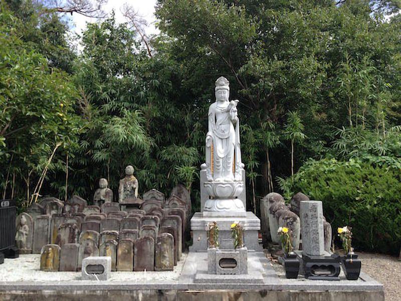 法蔵寺 のうこつぼ 自然に囲まれた供養碑