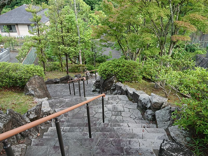 高槻霊園 植栽が美しい階段