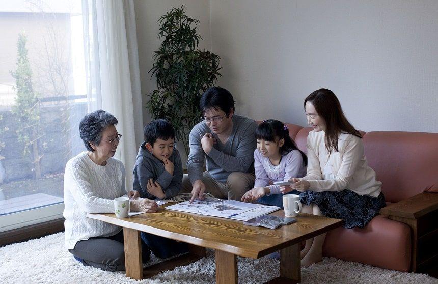 カタログを見て話し合う家族