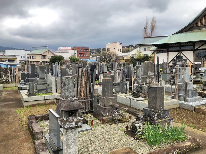 大久寺 色々な形の和型墓石