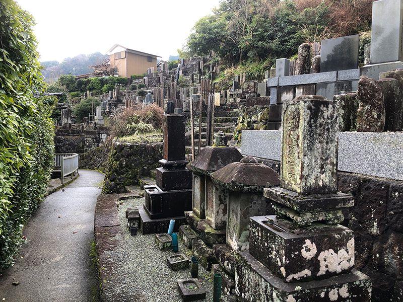 寳泉寺 様々なデザインの和型墓石