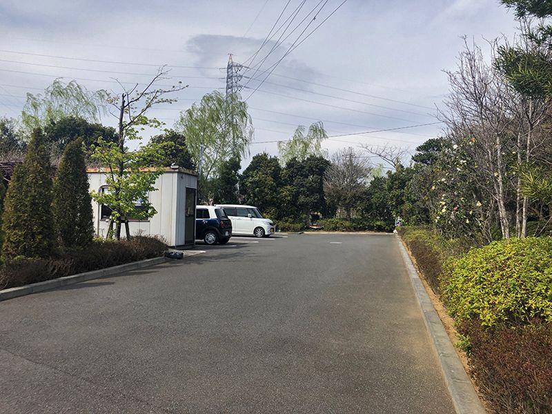 四季の杜 花見川霊苑 植栽に囲まれた駐車スペース
