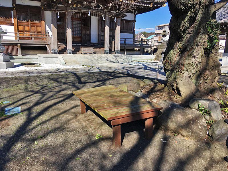 妙善寺 園内に置かれたベンチ