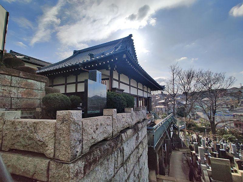 鶴見霊園 高台にある本堂
