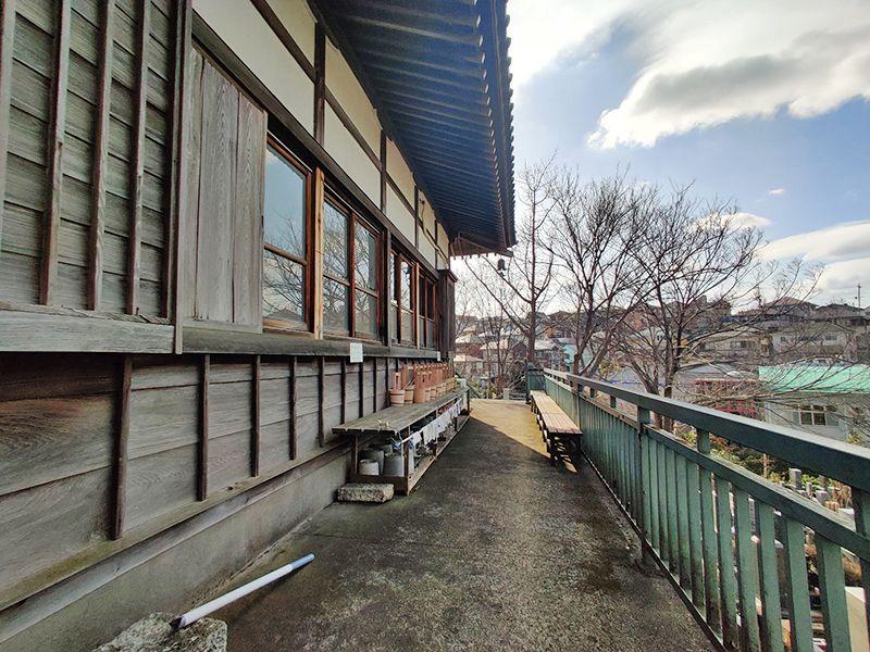 鶴見霊園 配置されたベンチ