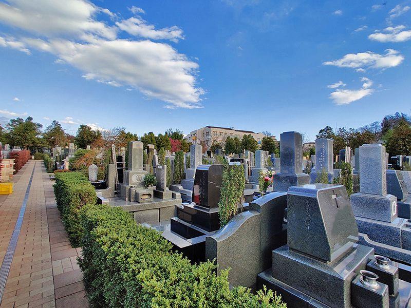 朝陽の杜墓苑「東の丘」 手入れが行き届いた墓石