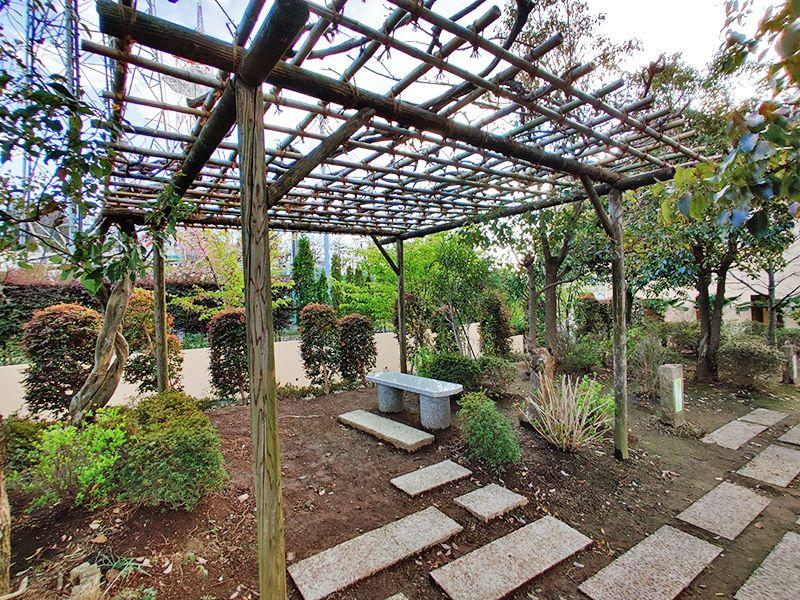 朝陽の杜墓苑「東の丘」 ベンチに添えられた植栽
