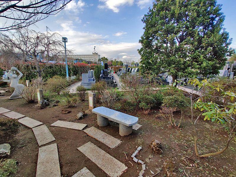 朝陽の杜墓苑「東の丘」 苑内に配置されたベンチ