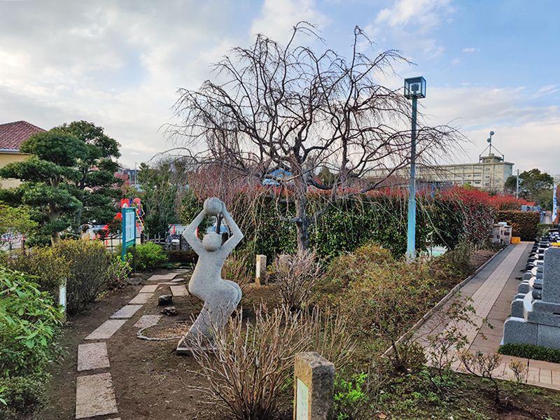 朝陽の杜墓苑「東の丘」 モダンな雰囲気のモニュメント