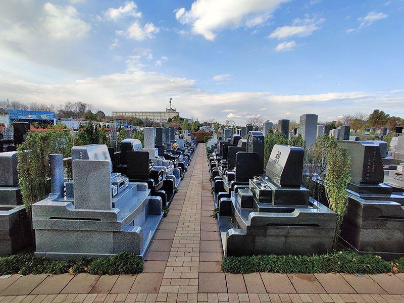 朝陽の杜墓苑「東の丘」 和型・洋型の墓石が混在