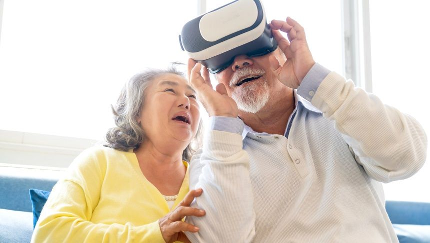 VRを体験する老夫婦