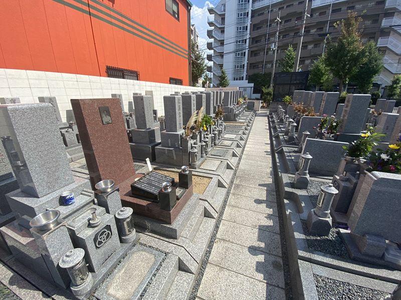 川辺共同墓地 個性豊かな墓石