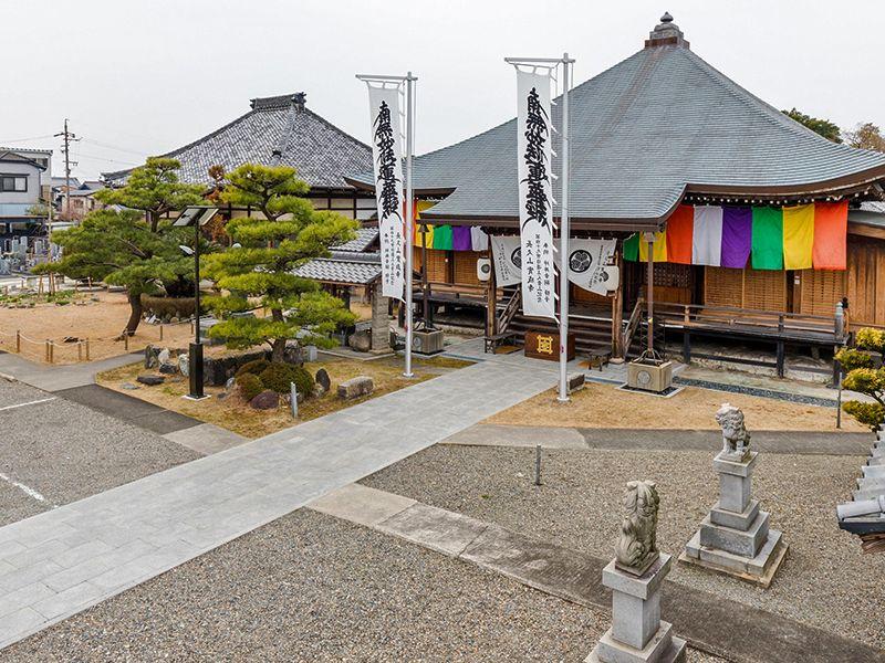 實成寺の遠目から見た本堂