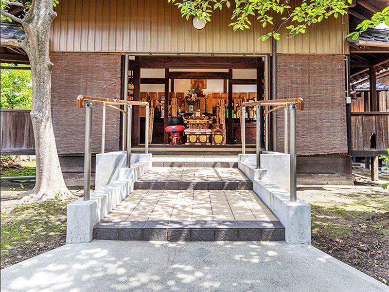 木漏れ日が差す實成寺の納骨堂外観