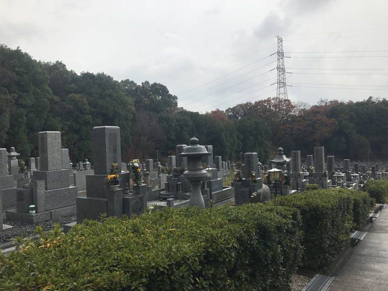 大阪狭山市営 西山霊園 和型墓石と灯篭