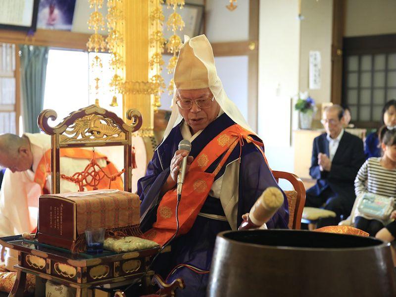 真清浄寺の本堂で法要をする僧侶