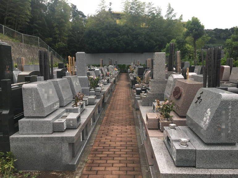 藤沢城南霊園 レンガ張りの参道