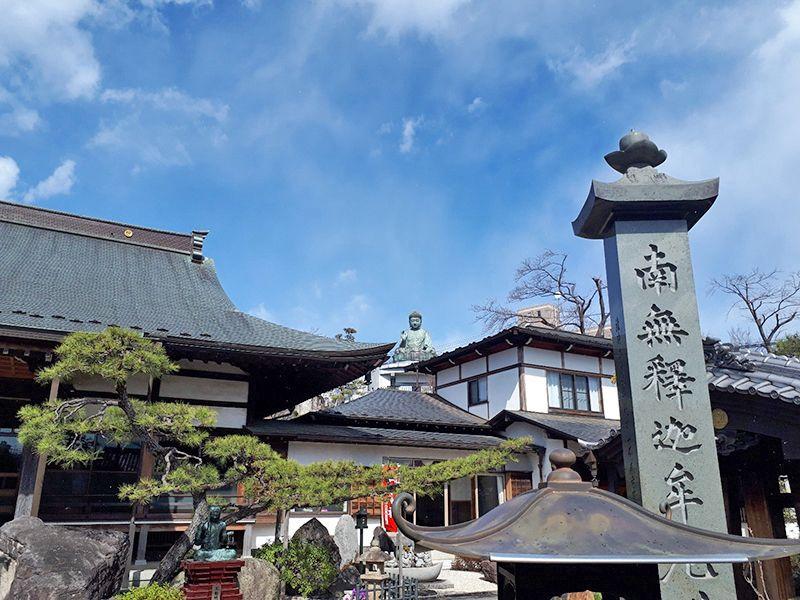 日野市営墓地 屋根の上の仏像