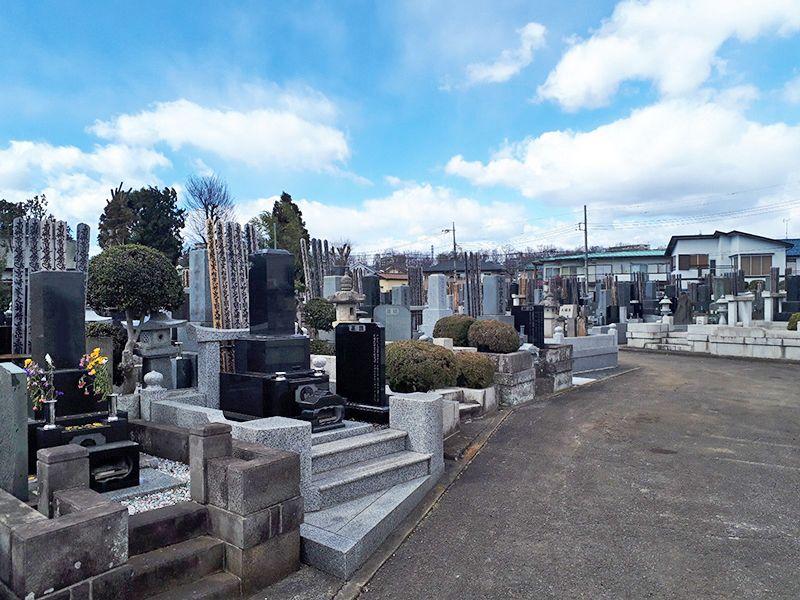 日野市営墓地 様々な暮石が並ぶ墓域