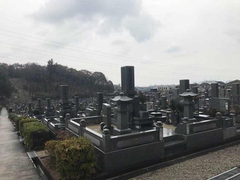 大阪狭山市営 西山霊園 参道沿いにある植栽